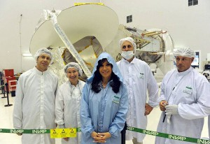 Argentine President Cristina Fernandez de Kirchner (center in blue) was briefed on Aquraius January 20, 2010. From left, Aquarius instrument manager Simon Collins, JPL; Aquarius instrument systems engineer Dalia McWatters, JPL; President Kirchner; Alejandro Ibanez, INVAP; and Juan Carlos Miazzi, INVAP.